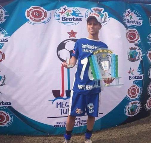 You are currently viewing Destaque da Mega Copa Turística de Brotas assina contrato com o Corinthians